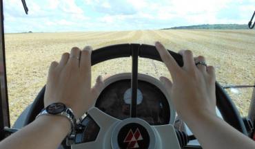 Une femme au volant d'un tracteur. Une image qui ne passe pas inaperçue partout. Et pourquoi donc?