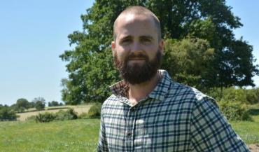 Tom a passé son confinement chez ses beaux-parents, éleveurs en Mayenne. Et a pris goût à leur métier.