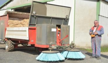 La machine est guidée par l'opérateur comme une voiture télécommandée, ce qui permet de pailler seul.
