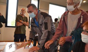 Florent Renaudier, le président de la FDSEA 53, remplit le cahier sous les yeux du militant écologiste qui l'a précédé,