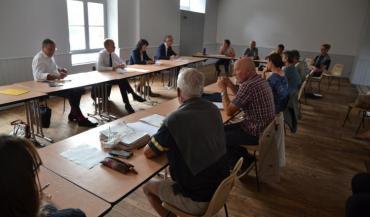 La rencontre s'est déroulée à Fromentières, avec le préfet Jean-Francis Treffel et les trois députés (Yannick Favennec