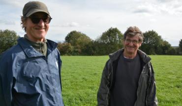 Pierre et Bernard Messager, deux frères associés convaincus des vertus du système herbager. Ici, sur une prairie implantée...