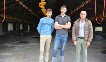 Maxime et Thomas Decherf, éleveurs, et Philippe Le Page, responsable commercial avicole Sanders Bretagne.