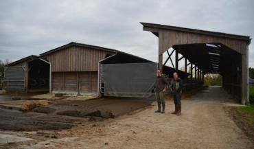 """Yann Cloarec (à droite) : """"On voulait un bâtiment ajouré, bien ventilé, en matériaux naturels et qui s'intègre bien dans le..."""