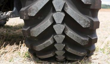 Evobib, la dernière avancée technologique de Michelin est un pneu qui se transforme de la route au champ.
