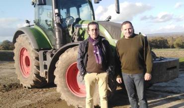 Eric Charlot et Valéry Berthé devant le nouveau Fendt 716, en service depuis presque un an.