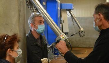 """Christophe Petiteau (à droite): """"Adapter le robot à notre système pâturant a entraîné des surcoûts."""" Chez Jérôme Chevalier (au milieu), le robot coûte environ 7€/1000 litres de lait produits."""