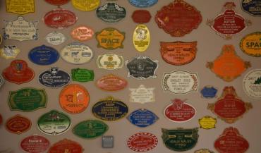 La plaque de concours représentait jusque-là 80/% du chiffre d'affaires de la Fonderie Doutre. Avec l'arrêt des concours, la fonderie compense cette perte d'activité par les plaques de rues.