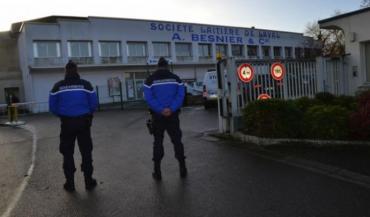 Mercredi matin, des perquisitions ont eu lieu dans plusieurs sites de Lactalis, comme ici au siège social de Laval. Toutes les issues étaient gardées par les gendarmes.