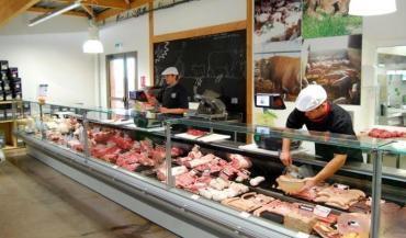 Originalité du magasin La ferme de chez nous: deux bouchers et un charcutier ont été embauchés pour découper la viande et transformer la cochonnaille.