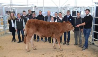 La petite Nectarine P de Michaël Martineau a été désignée grande championne, ici entourée de tous les éleveurs et du juge pour la photo finale.