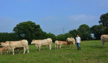 Jean-Paul Galodé, de Montaudin, accueille le 22juin la journée viande bovine en Mayenne. L'éleveur participera à une table ronde sur la commercialisation de la viande. Il est par ailleurs classé 1er au niveau départemental du challenge de l'OS Blonde d'Aquitaine.