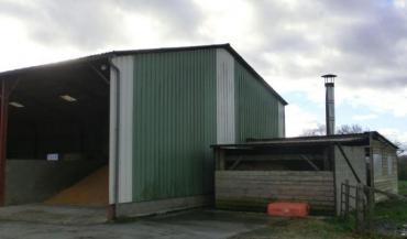 Le Gaec de la Fosse à Montmirail s'est équipé d'un séchoir à maïs dont l'énergie est le bois déchiqueté récolté sur l'exploitation. Silo et local du générateur à droite et séchoir à gauche sur la photo.