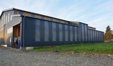 La façade Est avec ses panneaux translucides et OSB noirs récupère la chaleur tôt le matin et se ferme automatiquement vers 15heures.