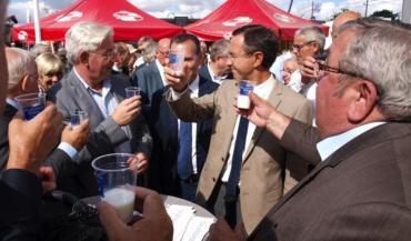 Les élus, dont Bruno Retailleau, accueillis sur le stand de la chambre d'Agriculture par leur président, Jacques Lemaitre (au premier plan).