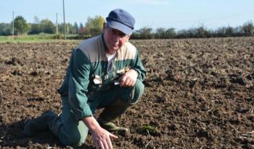 Le semis requiert une vigilance particulière. Jacques Bertrand veille au grain.