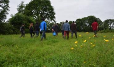 Le groupe du Civam AD49 et l'animateur du CPIE Loire Anjou observent les insectes auxiliaires dans les prairies et les haies qui leur servent de refuges.