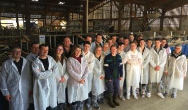 Le CS Conseiller en exploitation se met en place, dans l'esprit du certificat de spécialisation conduite d'un élevage laitier co-construit avec les professionnels. Ici, les stagiaires en visite sur l'exploitation de Sourches, du groupe Avril (photo CFPPA).