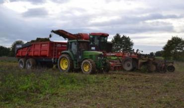 La récolteuse à betteraves tourne en moyenne à un hectare de l'heure.