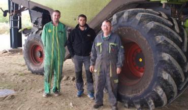 Thomas Gaudin et Emilien David, tous les deux chauffeurs de moissonneuse, avec Daniel Guichet, le président de la Cuma la Croisière.