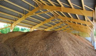 En juin 2012, la Cuma de Misedon à Port-Brillet (Mayenne) a investi dans ce hangar permettant de sécher du bois déchiqueté sur 620 m2. Il alimente la SCIC Mayenne Bois Energie.