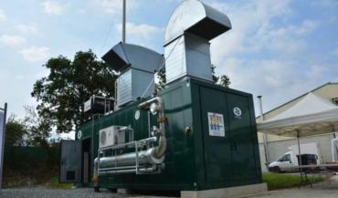 Le moteur de cogénération produit de l'électricité et de la chaleur.