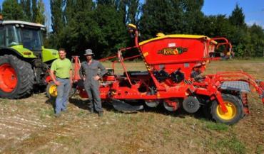Anthony Hérault et Stéphane Porte de la Cuma de Bouloire avec le Väderstad Rapid acheté cette année pour semer en priorité les couverts et les céréales.