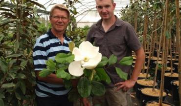 Présenté ici par Jean-Luc Ripoche et Alexandre Jahan, le Magnolia Grandiflora Mont Blanc possède de grosses fleurs de 40cm de large. Quand Jean-Marc Ayrault a été nommé Premier ministre, en 2007, il en a planté un spécimen dans les jardins de M