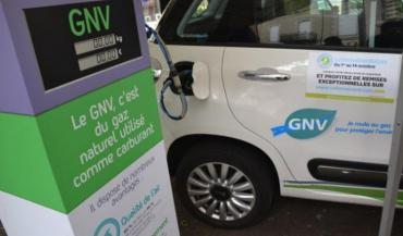 """Le bioGNV peut faire fonctionner voitures et camions (ici à Château-Gontier samedi avec Territoire d'énergie Mayenne). Dans cette ville, une station service va voir le jour à côté du méthaniseur. Deux camions au GNV ont été achetés: """"On s"""