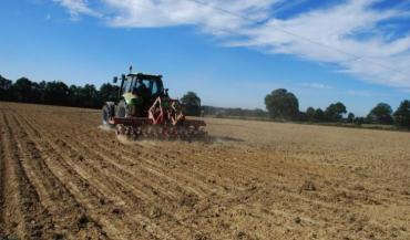 """Plus de semi-direct, lutte contre l'artificialisation des sols, qui """"pèse lourd dans le déstockage de carbone"""", deux des solutions avancées pour lutter contre l'émission de gaz à effet de serre (GES)"""