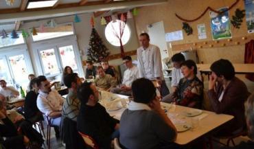 Les cuisiniers, Christophe Lochet ici au centre, ont fait part de leur enthousiasme et des limites de la démarche entreprise d'introduire des produits bio et/ou locaux dans les cantines.