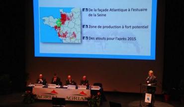 Patrick Lepelleux, Pascal Lebrun, Rémi Pelhate et Arnaud Degoulet écoutent Ludovic Spiers présenter la future carte de collecte, après les fusions de Coralis, représentée en vert, et d'Eurial, plus au sud.