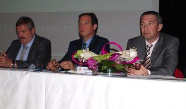 Les deux présidents adjoints d'Evolution, Jacques Coquelin et Vincent Rétif, entourent le président de la nouvelle union de coopératives, Jean-Pierre Mourocq.