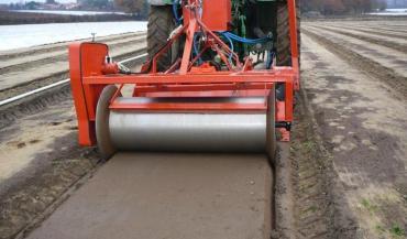 """""""Il est important de bien refermer le sol afin que le gaz y soit cloisonné"""", le rouleau lisseur empêche tout dégagement de gaz."""