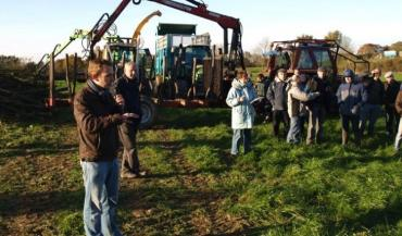 Pour Nicolas Hazard (micro en main), l'organisation des chantiers est importante pour éviter les pertes de temps qui entraîneraient des coûts supplémentaires pour l'agriculteur.