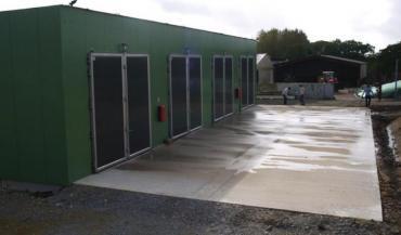A Chéméré, le biogaz est produit en voie sèche discontinue avec un procédé dit de garage. L'installation construite chez Gérard Guilbaud comprend quatre digesteurs.