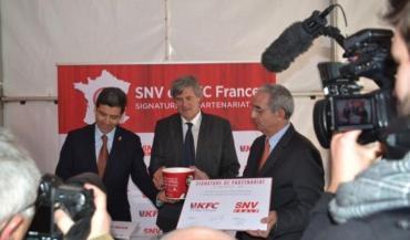 La signature du contrat entre SNC, filiale de LDC, et la chaîne de fast-food KFC, spécialisée dans le poulet, s'est déroulée à Laval en présence de Stépahne Le Foll.