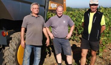 A Vallet, l'exploitation viticole de Michel David (à gauche) est désormais aux mains de son fils Stéphane (à droite) et de Sébastien Duvallet (au milieu), associés en EARL.