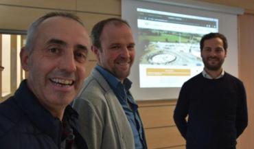 Patrick Forêt, d'Ambrières, et Laurent Taupin, de Javron, les deux agriculteurs à l'initiative du projet de méthanisation. En arrière-plan, Amaury Blais, de Lendosphere.