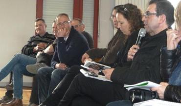 """Au micro, Christophe Barayré, de Lactalis: """"La prise en compte de coûts de production n'existe pas dans une économie libérale."""" Les membres de FMB réclament justement plus de régulation de la production."""