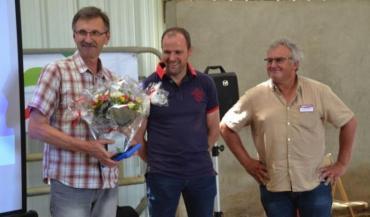 L'assemblée générale s'est tenue lors de la journée Innov'action Viande bovine à Azé. Jean-Pierre Macé, félicité par Laurent Taupin, président de Clasel, prend sa retraite de Clasel Viande, et passe le flambeau à Dominique Gougeon.