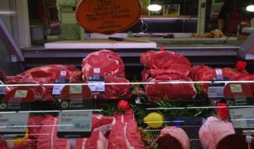 La limousine dans les rayons libre-service, la Rouge des prés dans l'étal de boucherie : le Super U d'Arnage ne propose que du « 100% race à viande ».