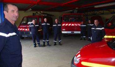 """En Mayenne, les agriculteurs pompiers volontaires sont une cinquantaine, sur les 1350 volontaires du département. Avec les nouvelles recrues en formation, ils devraient bientôt être une soixantaine. Ici, la caserne de Juvigné, plus grand """"réservoir"""" de pompiers agriculteurs en Mayenne (archive photos 2014)"""