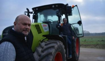 """Franck Ludeau (au premier plan): """"Avec un tracteur forte puissance et des outils grande largeur, on passe moitié moins de temps à effectuer nos chantiers."""""""