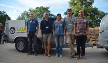 """Guylain Pageot, président de l'AALVie (2e à gauche), devant un caisson mobile: """"Qu'un animal quitte son exploitation pour aller mourir, cela nous pose problème."""""""