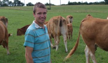 Alexis Férard est, mai2018, est agriculteur en Loire-Atlantique. Il élève des Limousines pour la vente directe et vend son miel.